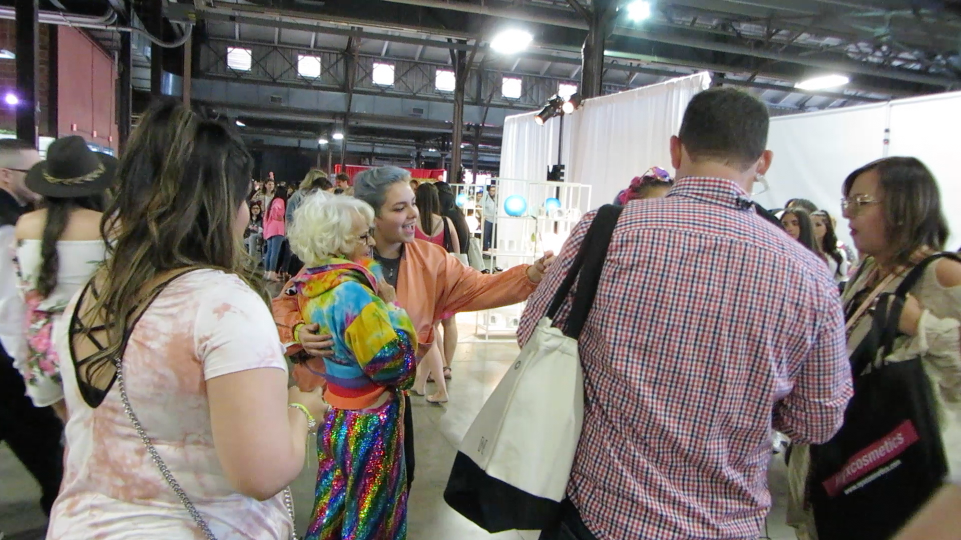 Baddie Winkle interacting with her fans at Beauty Con Dallas. Photo by Itza Sanchez.